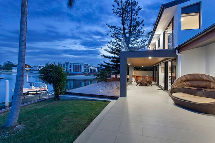 The Beverly Island Getaway - Broadbeach Waters