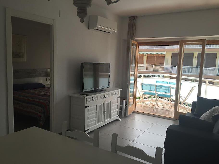 Como se muestra en la imagen en el comedor hay un gran televisor con el pie giratorio. Se puede ver tanto desde el sofa como desde la mesa.