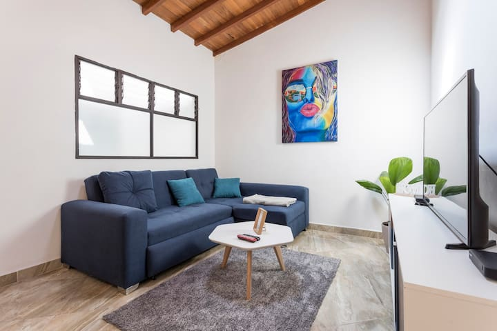 Cozy 2-Floor Apt. w/ Balcony - Heart of Laureles