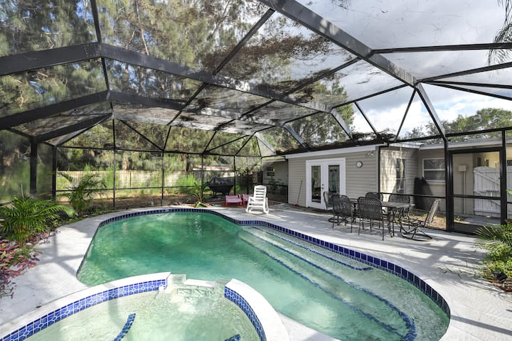 Beautiful 3bed/2bath with pool close to Downtown