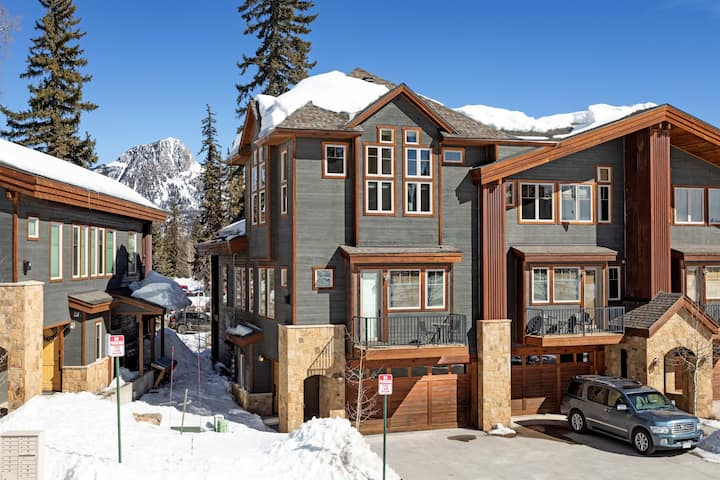 Professionally Decorated Luxury Townhome - Views - Ski in/Out - End Unit