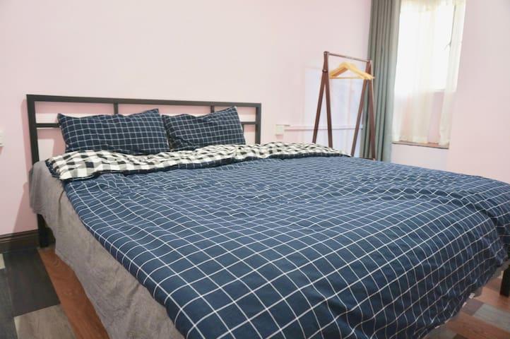 卧室二(加大型双人床/房内独立卫浴/小米智能空调)