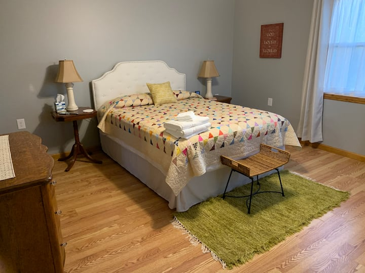 Country charm, cozy bed #2 @ Shearwood Crossing
