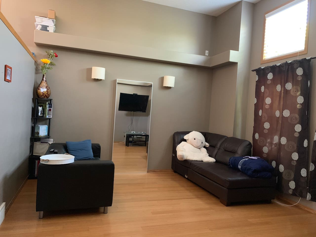 The entrance that is share with the host leads to the main living room directly. The host will minimize the usage of this area to give you more privacy. But running into each other every now and then is evitable.