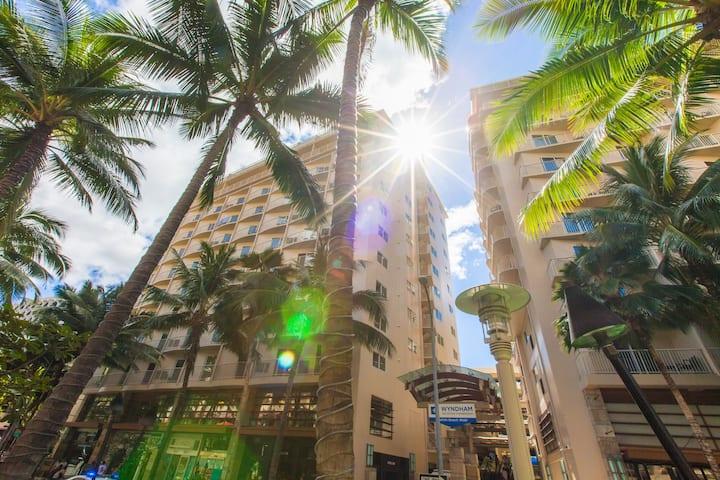 Wyn Waikiki Beach Resort ~ Walk to Beach ~ **LUX**