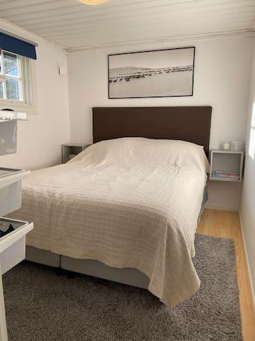 Stugans sovrum med dubbelsäng (160 cm)