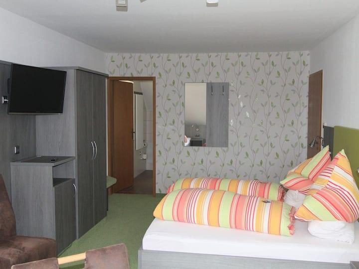 Gästehaus Ainser, (Hagnau am Bodensee), 1 Raum Familienzimmer