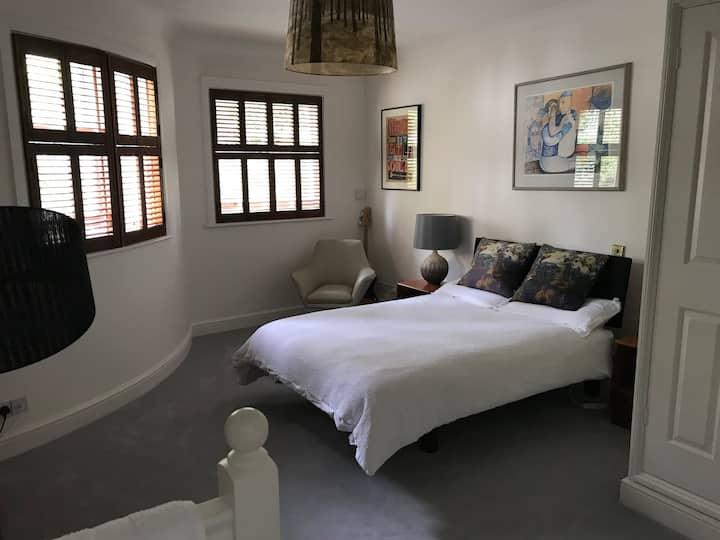 Beautiful room in garden flat close to the sea