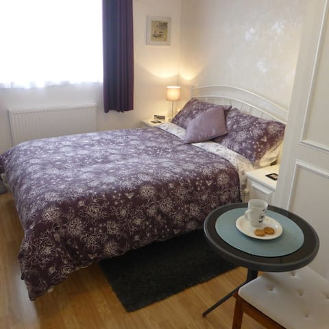 Lovely room for female ~ 15 mins walk to Tennis