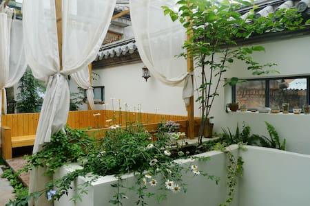 【晴天美宿】雅舍花园客栈 听花-温馨的庭院亲子房 2大1小免费早餐WI-FI 智能卫浴 连住免费接机 - Baoshan