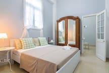 cuarto (cama king size + armario antiguo)