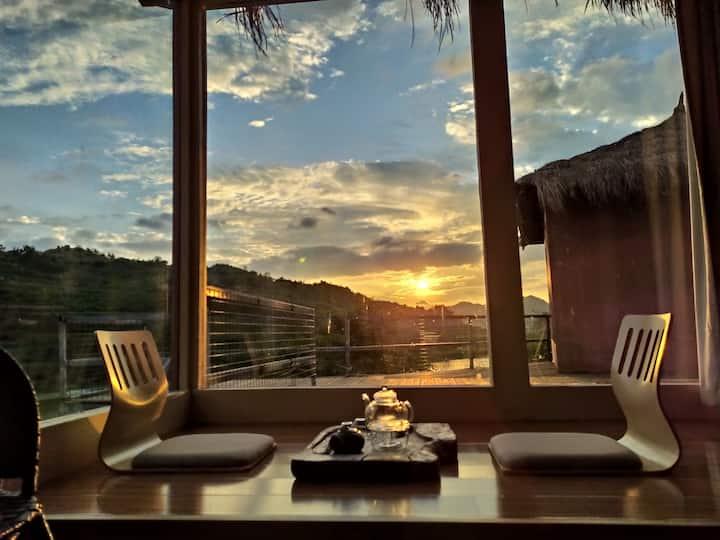 【宁夕小屋精品民宿2】安顺市区免费接送,还有免费晚餐,湖景茅草屋,躺在床上就可以看到美丽的夕阳