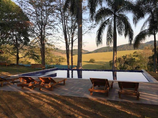 Chalé villa verde, com vista para a montanha.