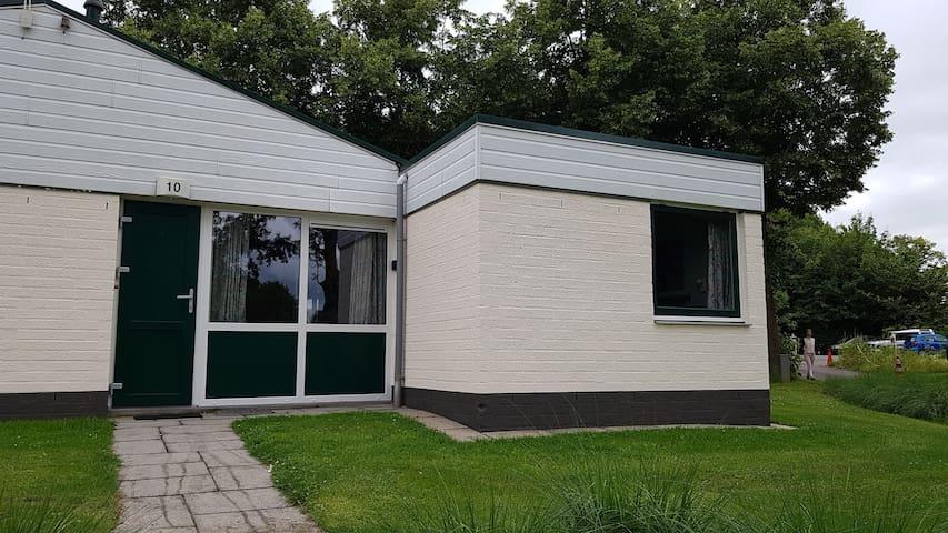 Halfvrijstaande bungalow in groene omgeving