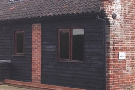 Farm workshop guest lodge - New Buckenham