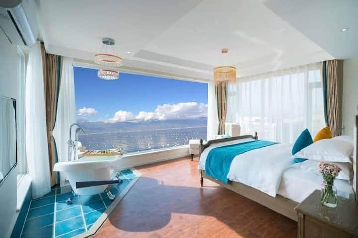 《月》270°海景大床房《大理糖糖海景度假别墅》紧邻洱海、面朝苍山,畅享绝美山水云天。免费接站服务