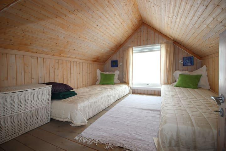 Hems med 2 soveplasser. En gulvmadrass på 120x200 og en på 75x200.