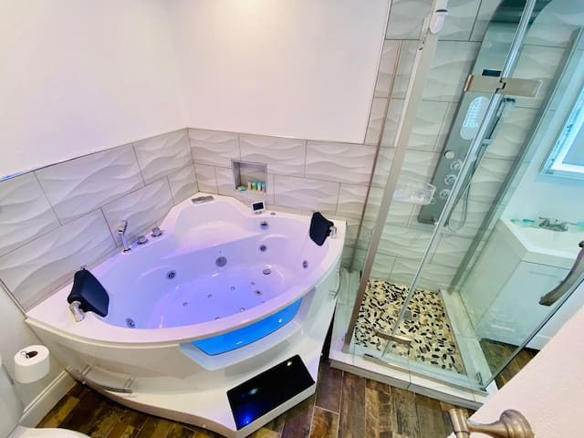Apartment JACUZZI !Renovated Best Location Disney!