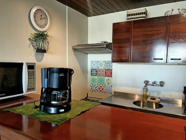 Cozinha equipada: microondas, forno, fogão, frigobar e diversos utensílios