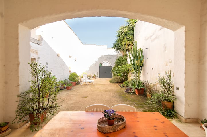 A casa bianca e giardini - Lequile - 一軒家
