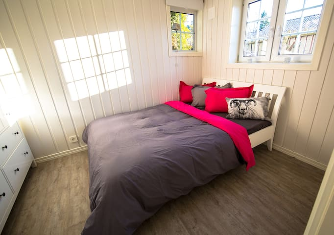 Calm and friendly queensize bedroom