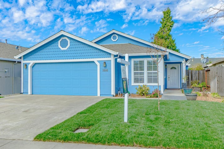 The Blue House - 3 bed/2 bath close to everything