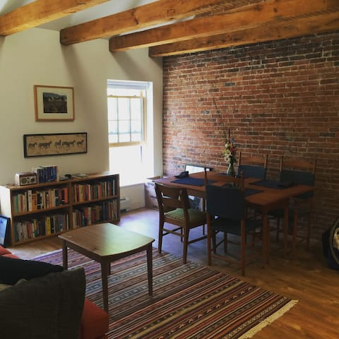 Historic Mill House convenient to UVM - Winooski - Apartemen