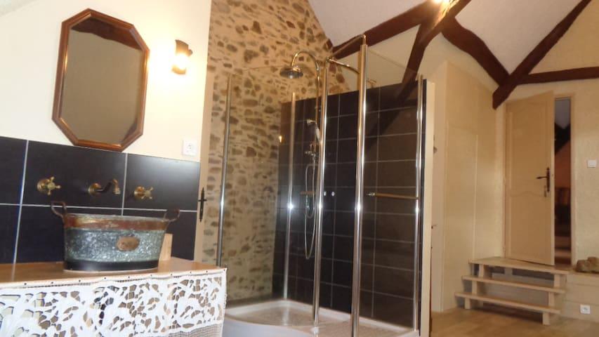 Chambre Eth Solè : espace toilette