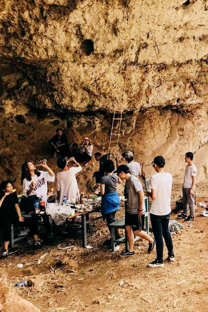 我们在石鼓仁和的洞穴,大口吃肉大口喝酒