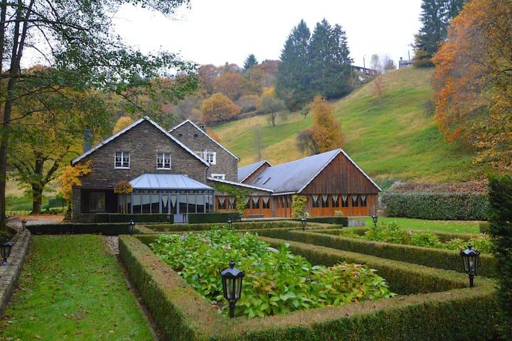 Luxuriöse Mühle in Vresse-sur-Semois mit Swimmingpool