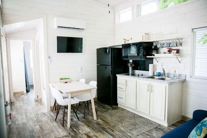 26 Peaceful Lakeshore 2-Bedroom Tiny House Cabin