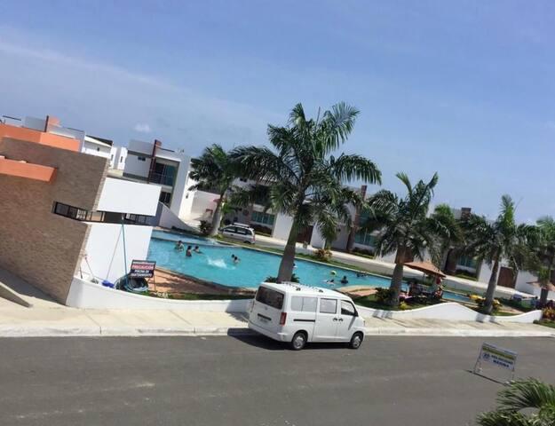 Casa Cdla.Punta Carnero frente a la piscina