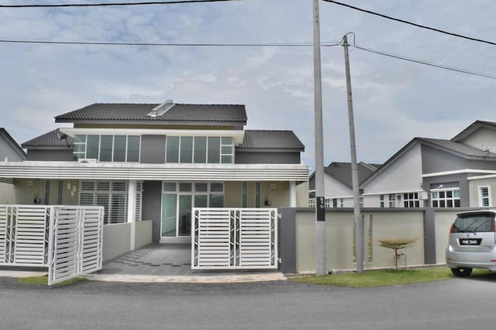 Strategic Lunas Kulim Spacious Semi D House - Lunas - Hus