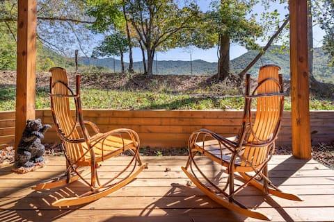 Cozy cabin getaway with mountain views