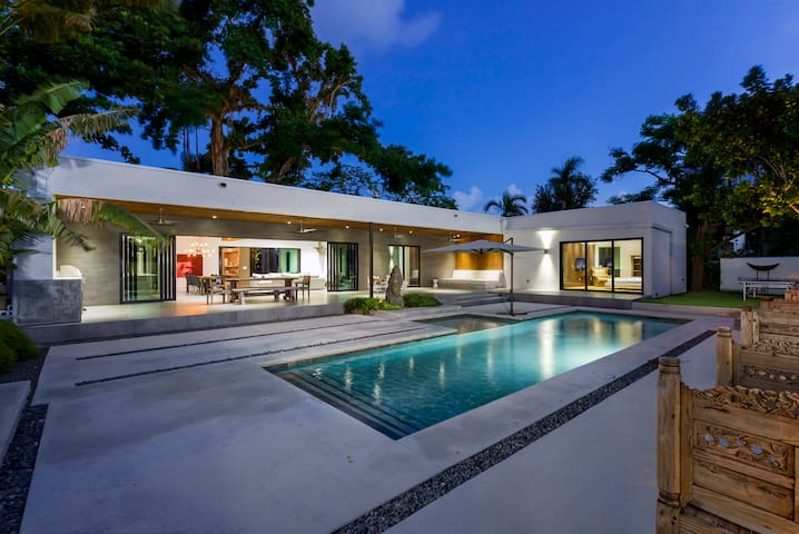 Modern Bali style villa with Pool! Fits 14!