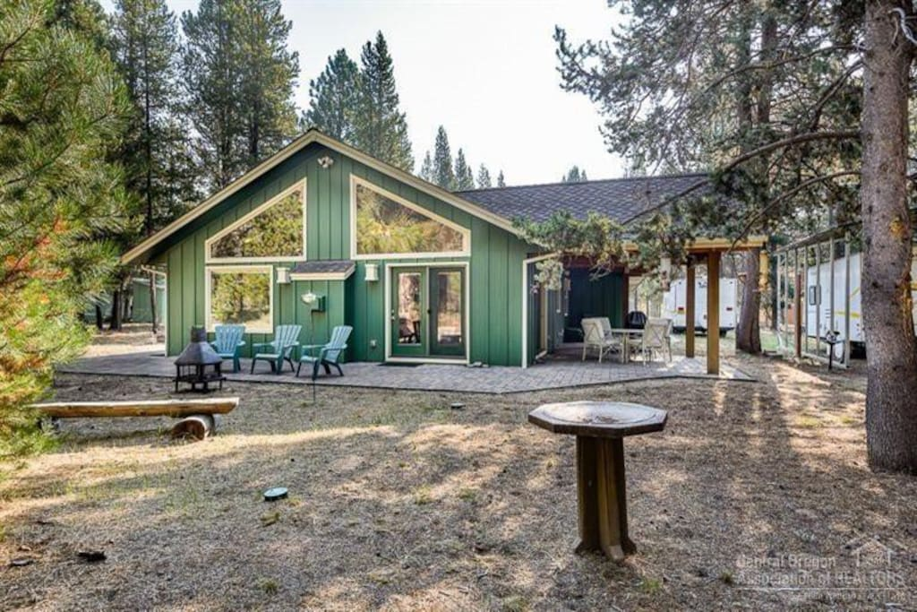 Cozy cabin in the woods houses for rent in la pine for Cabin in the woods oregon