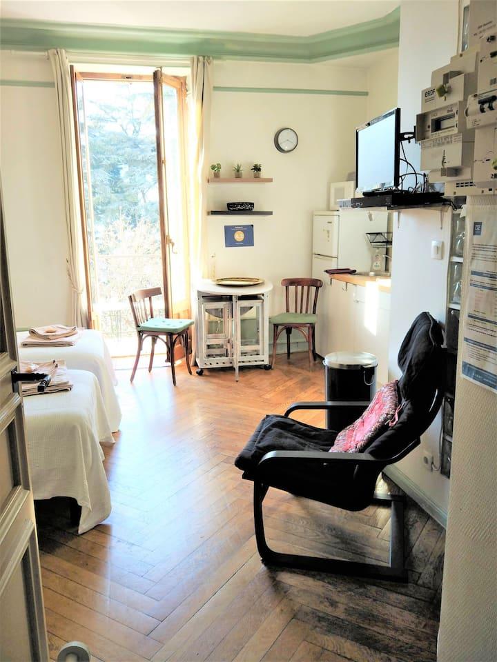 studio avec balcon et vue degagée