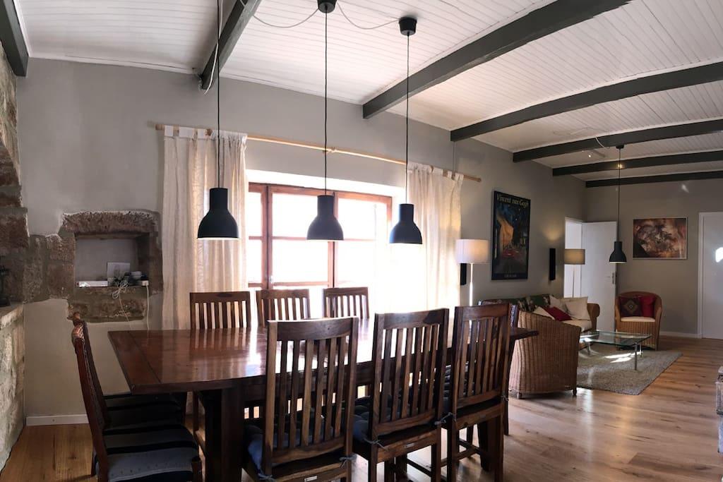 Wohnzimmer mit Esstisch und Parkett