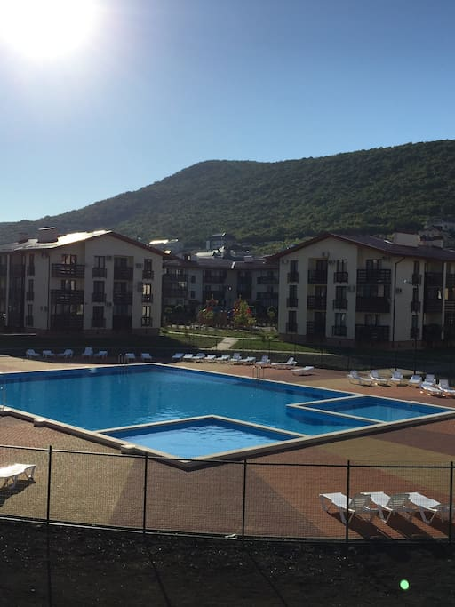 Дом расположен у бассейна (вид с балкона)