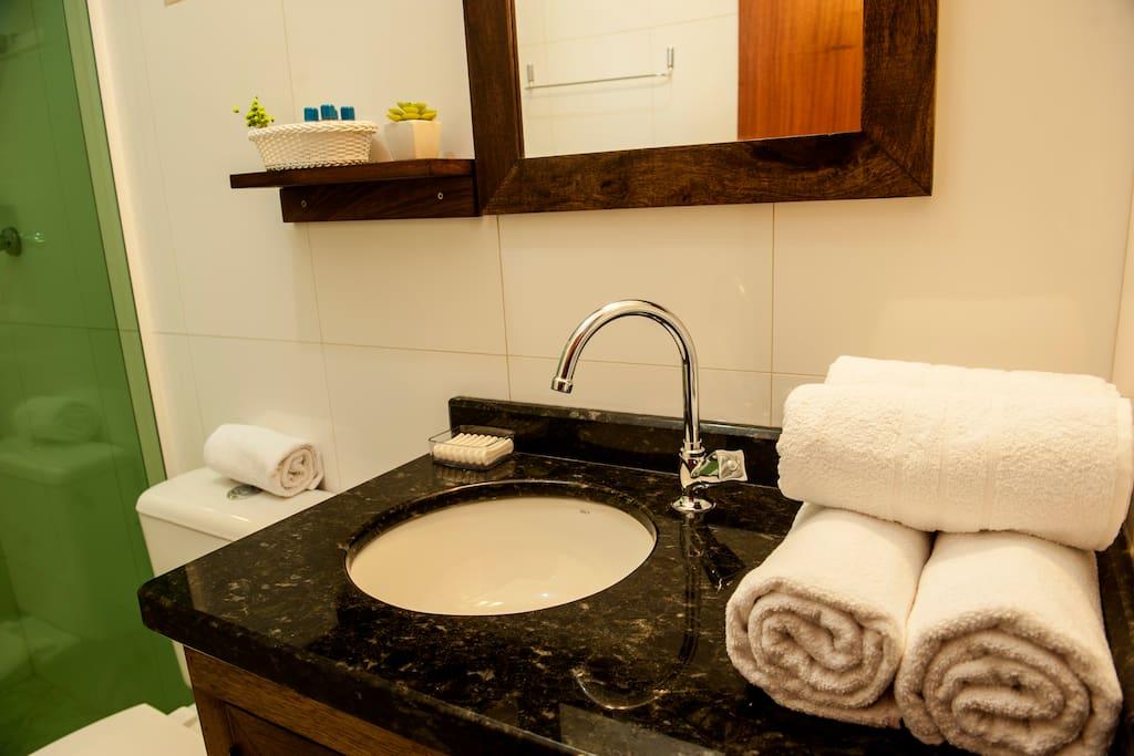 Banheiro lindo com toalhas brancas e super limpo...