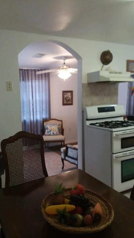 Charming fully equipped 1 bedroom apt, jacuzzi tub