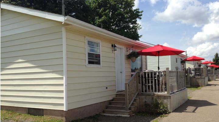 Minutes to waterfront 2 Bedroom Cottage w/ Kitchen
