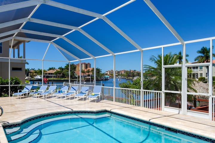 Magic Sunset 5 bedrooms, 5 baths, hockey table, ping-pong table, tiki hut & boat dock with lift