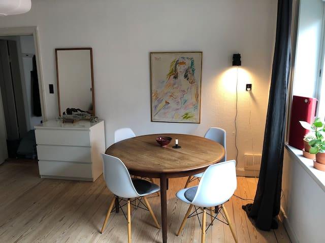 Hyggelig og lys lejlighed i dejligt kvartér