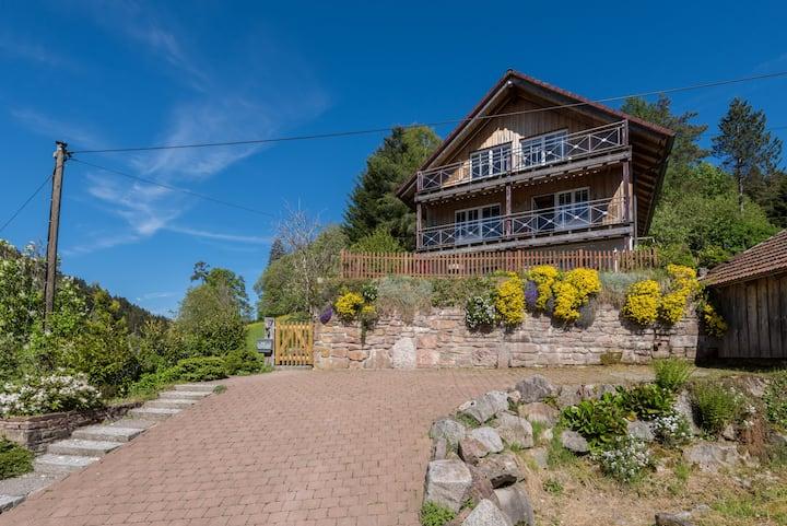 Schwarzwald-l-Holzhaus Enzklösterle mit Sauna, WLAN, Ofen, Garten, BBQ, Spielplatz, eingezäunt, direkt am Wald
