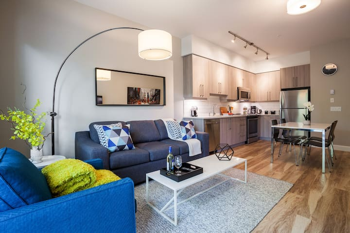 Modern New Condo in the ❤ of the City! King Bed!