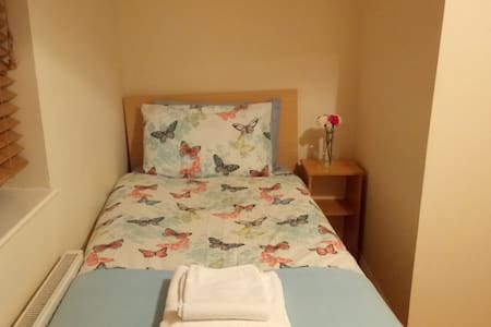 EnSuite Room, Airport, Light Breakfast, Free Park - Dublin