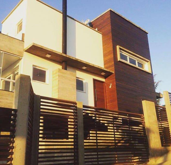 Linda casa em Alto Padrão na Praia do Rosa-SC