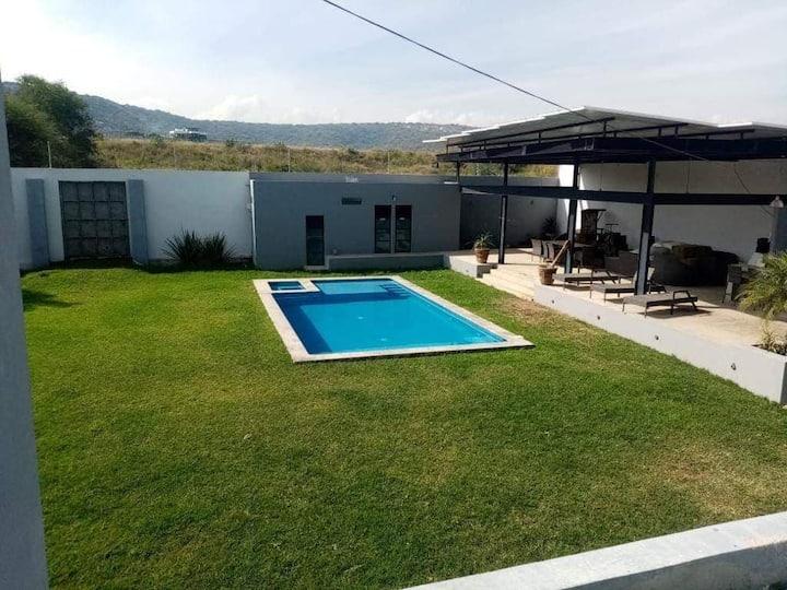 Hermosa casa de campo con alberca y terraza grande