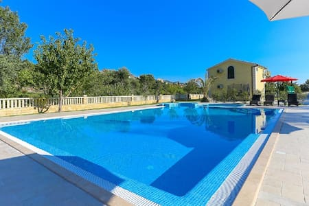 Holiday home with swimming pool - Solin - 一軒家